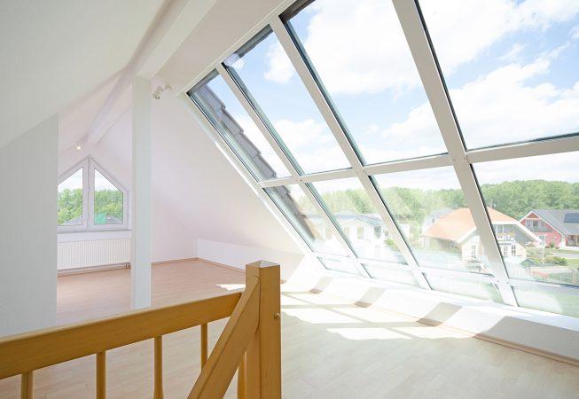 88312696 - helles Dachgeschosszimmer mit großem Fenster - © JSB31